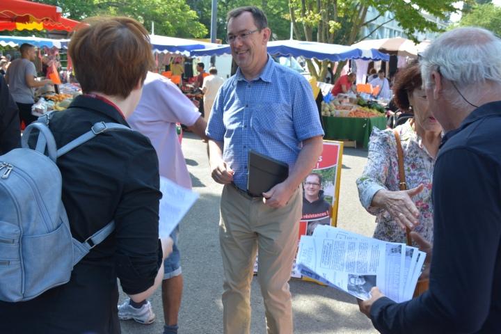 Sur le marché de Villejean, Sophie Planté et Philippe Poutou ont rencontré le candidat de la majorité présidentielle, François André.